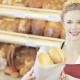 Immagine di un commessa in una panetteria